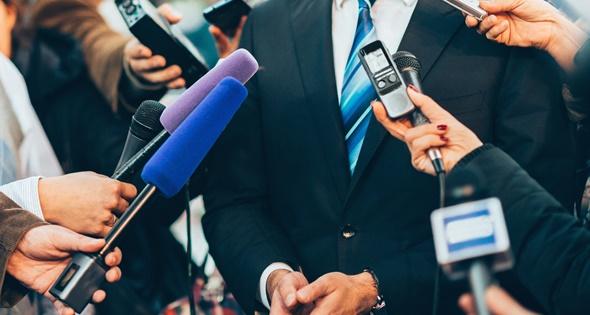 Político hablando con los medios de comunicación. Microgen (iStock)