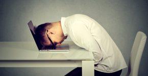 Trabajador cansado de su empleo. Siphotography (iStock)