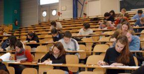 Estudiantes haciendo el examen de Selectividad (Gtres)