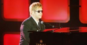 Elton John tocando el piano 2004 - Gtres