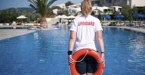 Socorrista en una piscina. Diverroy (iStock)