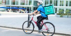 Repartidor de comida en bicicleta. Daisy-Daisy (iStock)