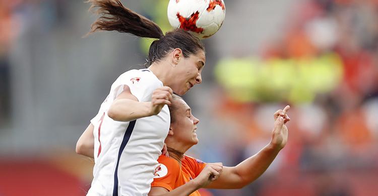 La jugadora de Noruega pelea por un balón contra la futbolista holandesa (Gtres)