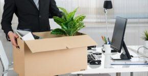 Imagen de una trabajadora con sus cosas de trabajo. AndreyPopov (iStock)