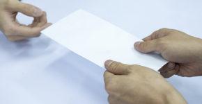 Cómo hacer una carta de renuncia voluntaria de trabajo (Istock).