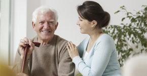 Uno de los empleos que ofrece Clece es el cuidado a personas mayores que lo necesiten (iStock)