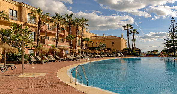 Se buscan trabajadores en hostelería en Huelva para la temporada de primavera (Istock)